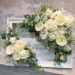 """<span class=""""title"""">結婚式フラワーアレンジメント手作り教室 白いバラのウェルカムボードできました</span>"""
